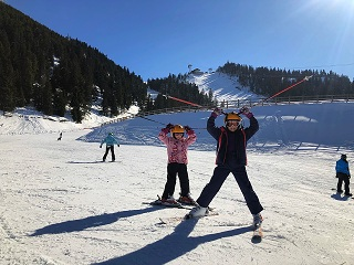 kids ski lessons on the Ruia plateau of the Postavaru Massif